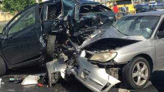 Aparatoso accidente al intentar rebasar camión