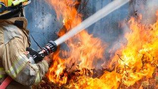 Fuego con bombero