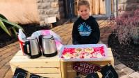 Con chocolate caliente y galletas paga los almuerzos escolares de docenas de estudiantes