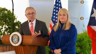 Dr. Salgado junto a la gobernadora en una conferencia de prensa.