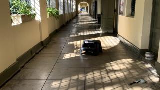 Asentamientos en el suelo del edificio de biología de la UPR, Río Piedras han causado la separación entre pisos y paredes.
