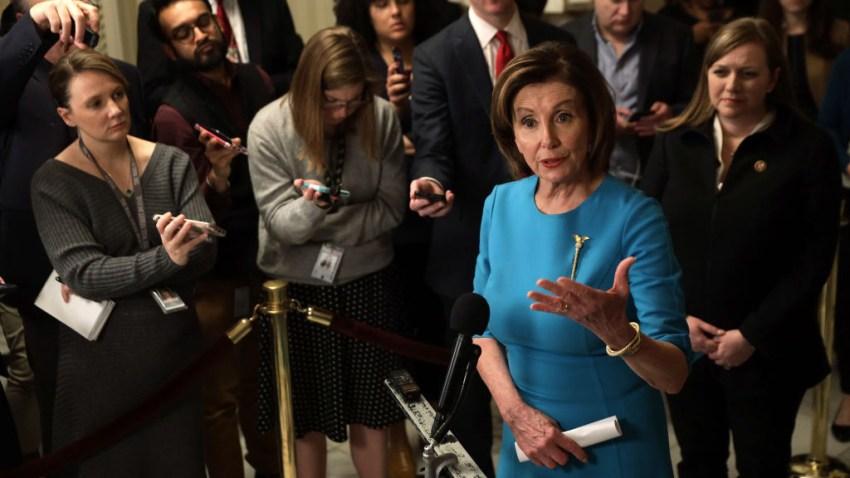 La Presidenta de la Cámara de Representantes de los Estados Unidos, Nancy Pelosi (D-CA), habla con miembros de los medios de comunicación en el Capitolio de los Estados Unidos el 13 de marzo de 2020 en Washington, DC.