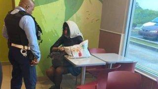 Alexa durante intervención en negocio de comida rápida, horas antes de su asesinato.