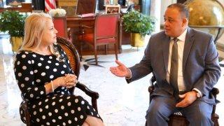 Wanda Vázquez junto al General Burgos.