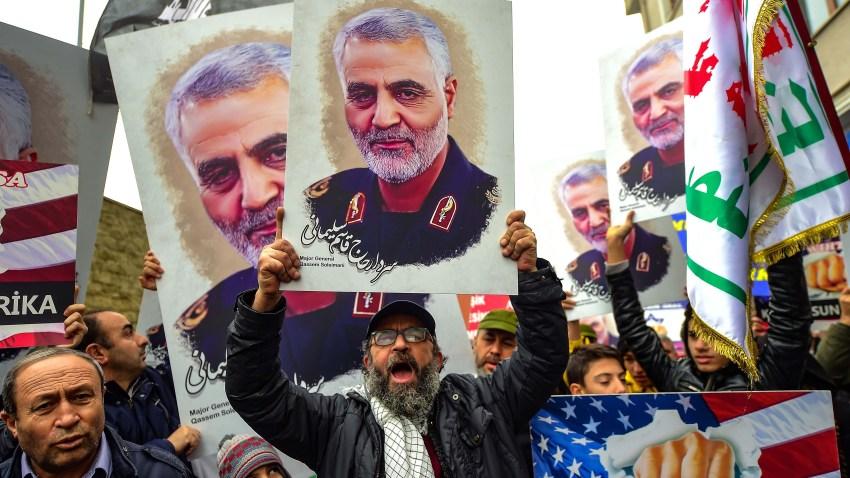 Manifestantes protestan la muerte del general Qasem Soleimani en Irak.