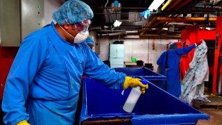 Trabajador de lavandería en un hospital de México