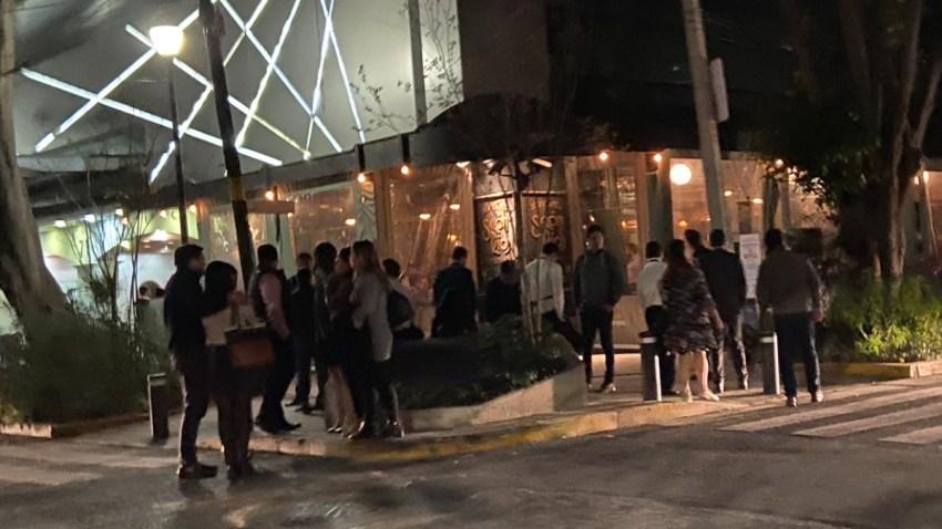 Habitantes de Ciudad de México en la calle al sonar la alerta sísmica.