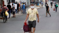 Por orden del gobierno, hombres peruanos hacen compras mientras las mujeres se quedan en casa