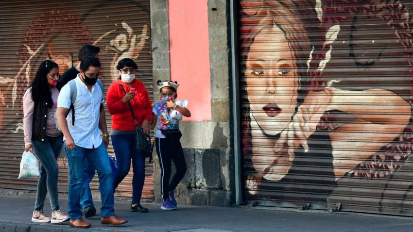 Personas caminan en centro de Ciudad de México