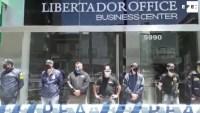 En imágenes: allanan casa y consultorio del doctor de Maradona