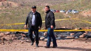 Dos hombres de la familia LeBaron recorren la zona de la masacre