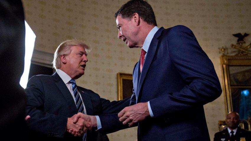 El entonces director del FBI, James Comey, se da la mano con el presidente Donald Trump, el 22 de enero de 2017.