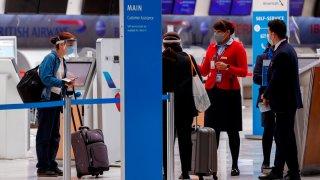 Viajeros pasan un filtro sanitario en aeropuerto de Ciudad de México
