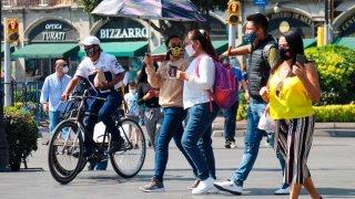Grupo de personas camina por el Centro Histórico de Ciudad de México