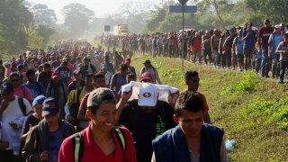 Cientos de migrantes centroamericanos caminan por carreteras de Chiapas