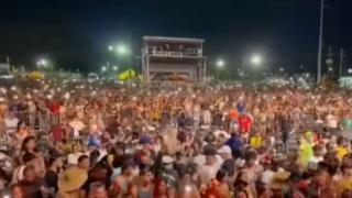 Miles de personas acuden a festival de música en Orlando.