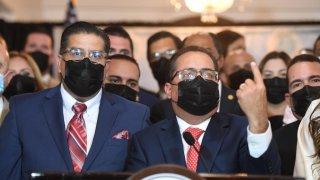 """El presidente de la Cámara de Representantes, Rafael """"Tatito"""" Hernández, y el presidente del Senado, José Luis Dalmau"""