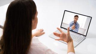 Mujer tomando una clase en línea de lenguaje de señas.