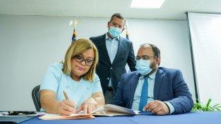 El gobernador Pedro Pierluisi, junto a la secretaria del Departamento de Corrección y Rehabilitación (DCR), Ana Escobar Pabón, y el secretario interino del Departamento de Educación (DE), Eliezer Ramos.