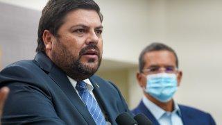 El secretario de Salud, Carlos Mellado, junto al gobernador Pedro Pierluisi.