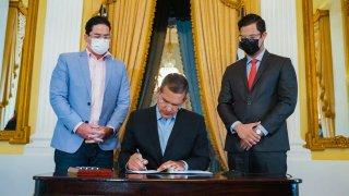Pierluisi firma Ley para aumentar el salario mínimo.