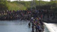 Cierran puente fronterizo en Texas ante la presencia de más de 12,000 migrantes en espera de asilo