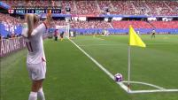 Inglaterra aprovecha tiro de esquina y mete el tercero.