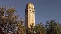Se basa en la consolidación administrativa de los recintos universitarios y en el aumento de los costos de matrícula para los estudiantes.