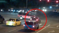 Las autoridades divulgaron el atrevido y arriesgado intento de un conductor que no quiso esperar unos segundos por el semáforo.
