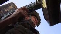 Un convoy patrulla la ciudad de Manbij en Siria, arreciada por los bombazos turcos.