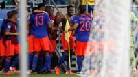 Duván Zapata de Colombia celebra con sus compañeros de equipo después de anotar el segundo gol de su equipo durante el partido de la Copa...