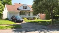 Un sospechoso de 18 años habría apuñalado a la mujer y a tres niños que también se encontraban en la casa de Cleveland, Ohio.