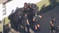 Una persecución policial se convirtió en una situación de rehenes cuando un sospechoso armado se atrincheró dentro de un Trader Joe's este sábado 21 de julio de...