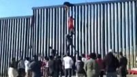 Un total de 24 personas, 18 hombres y seis mujeres se ayudaron para crear una escalera humana para cruzar en Playas de Tijuana el martes en la tarde a pesar...