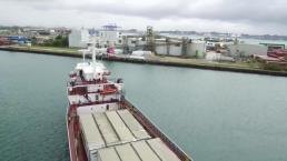 Venezolanos despiden barcaza con suministros