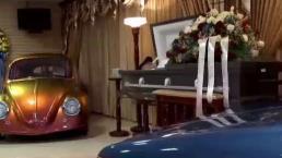Velan a mecánico junto a sus autos en Isabela
