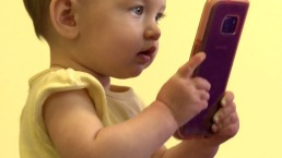 ¿Tu hijo quiere celular? Primero mira los juguetes de entrenamiento