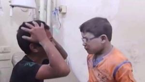 Desgarradoras imágenes de hermanos ante la pérdida de su hermano en ataque en Siria