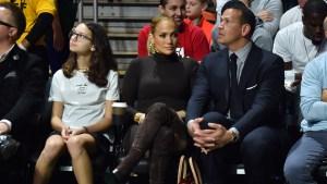 J.Lo y A-Rod se besan en juego de baloncesto