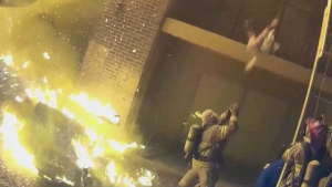 Video de infarto: arroja a su hija en brazos de bombero