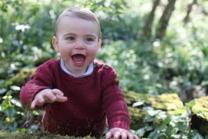 Príncipe Louis posa ante la cámara por su primer añito