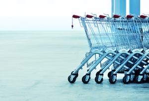 Pareja retorna casi $10,000 hallados en carrito de compras