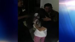 Policías graban el rescate de una madre y sus dos hijas
