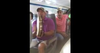 Tremendo fiestón forman músicos en pleno vuelo