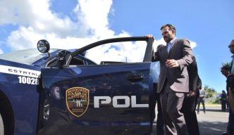 Gobernador entrega armas y patrullas a la Policía