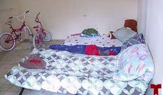 Tras perder su hogar, invaden apartamento para proteger a sus hijos
