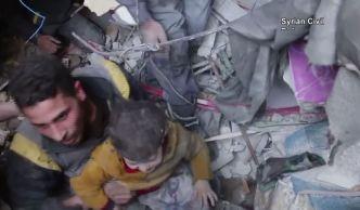 En video: rescatan niño bajo escombros tras bombardeo