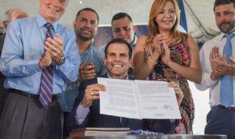 Gobernador firma proyecto que privatiza la AEE