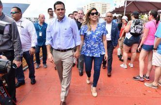 Gobernador y primera dama reciben a turistas de crucero