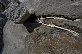 Huía de la erupción y lo hallan decapitado tras 2 siglos